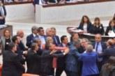 Χάος στην τουρκική βουλή: Πιάστηκαν στα χέρια για το αποτέλεσμα ενός νόμου